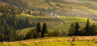 Village de montagne dans le carpathien en automne photos stock