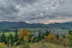 Village de montagne dans le paysage d'automne Images libres de droits
