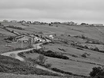 Village de montagne dans le printemps en noir et blanc images libres de droits