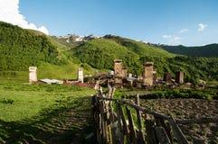 Village de montagne de Moyen Âge avec de vieilles huttes et barrière. Photos libres de droits
