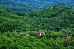 Village de montagne en Bulgarie au printemps Image stock