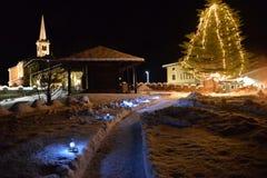 Village de montagne en hiver, vue de nuit Vallée d'Aosta, Italie Image libre de droits
