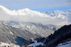 Village de montagne sous des nuages Photo stock