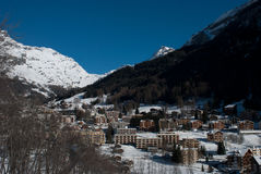Village de montagne sous la neige Photos libres de droits