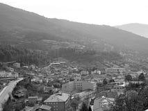 Village de montagne sur noir et blanc image libre de droits