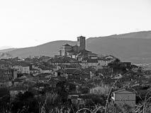 Village de montagne sur noir et blanc photographie stock