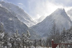 Village de montagne un jour ensoleillé d'hiver Photographie stock libre de droits