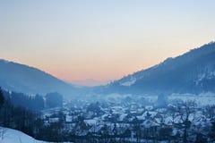 village de montagnes carpathien photographie stock libre de droits