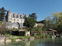 Village de Montresor et château vus de la rivière d'Indrois, France Images libres de droits
