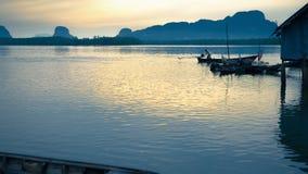 Village de pêche au lever de soleil Photos stock