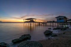 Village de pêche avec le fond de lever de soleil Image libre de droits