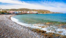 Village de pêche côtier imagé traditionnel de Milatos, Crète Photographie stock
