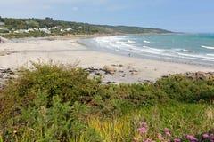 Village de pêche côtier BRITANNIQUE des Cornouailles Angleterre de plage de Coverack sur la côte d'héritage de lézard Images libres de droits