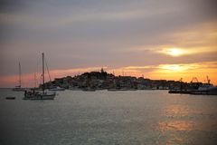 Village de pêche croate sur le coucher du soleil, Croatie photos stock