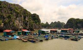 Village de pêche de compartiment de Halong Images stock