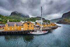 Village de pêche de Nusfjord sur des îles de Lofoten, Norvège Images stock