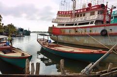 Village de pêche et bateaux de pêche cambodgiens Photos libres de droits