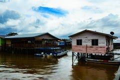 Village de pêche et ciel nuageux Photographie stock