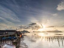 Village de pêche et lever de soleil à Samchong-tai, Phangnga, Thaïlande Photographie stock libre de droits