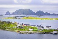 Village de pêche Gjesvær avec Gjerværstappan à l'arrière-plan, Finnmark, Norvège photos stock