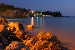 Village de pêche grec au crépuscule Photo libre de droits