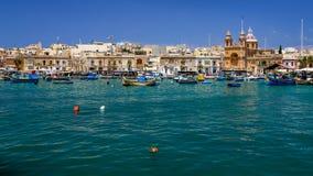 Village de pêche maltais avec les bateaux et l'église images libres de droits