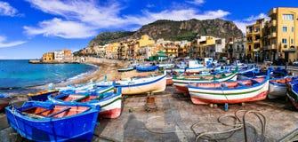 Village de pêche traditionnel Aspra avec les bateaux colorés en Sicile photo libre de droits