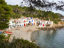 Village de pêcheurs, maisons blanches et bateaux à la côte rocheuse Photographie stock