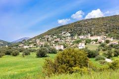 Village de paysage avec des maisons en vallée grecque Photographie stock