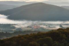 Village de Pipaon dans un matin brumeux Photos stock