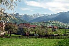 Village de Plav, dans Monténégro, à la frontière albanaise, au milieu des chaînes de balkan Photos libres de droits