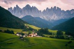 Village de Santa Maddalena avec des montagnes de dolomites photographie stock libre de droits
