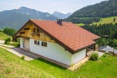 Village de Seytroux dans les montagnes françaises d'Alpes Image libre de droits