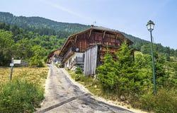 Village de Seytroux dans les montagnes françaises d'Alpes Image stock