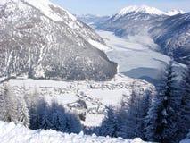 Village de ski et lac figé Photographie stock libre de droits