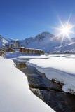 Village de Tignes avec le soleil et la crique Images stock