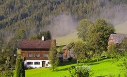 Village de vallée de montagne en Autriche Images libres de droits