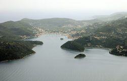 Village de Vathy sur l'îlot de Lazareto, île d'Ithaca, Grèce photographie stock libre de droits