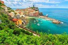 Village de Vernazza sur la côte de Cinque Terre de l'Italie, l'Europe Photographie stock libre de droits