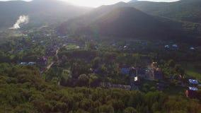 Village de vue aérienne près de forêt banque de vidéos