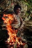 Village de Walarano, île de Malekula/Vanuatu - 9 JUILLET 2016 : femme tribale locale faisant cuire la nourriture traditionnelle d photos stock
