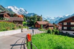 Village de Wengen et nature d'alpes en Suisse photos stock