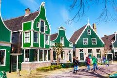 Village de Zaanse Schans, Hollande, maisons vertes contre le ciel nuageux bleu Images libres de droits