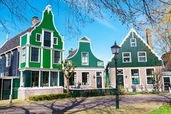 Village de Zaanse Schans, Hollande, maisons vertes contre le ciel nuageux bleu Images stock