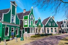 Village de Zaanse Schans, Hollande, maisons vertes contre le ciel nuageux bleu Photographie stock