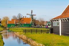 Village de Zaanse Schans, la Hollande, maisons vertes et moulins à vent contre le ciel nuageux bleu Photographie stock libre de droits