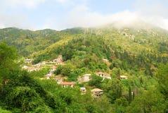 Village à distance d'Eglouvi dans les montagnes d'une île grecque Photos libres de droits