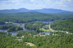 Village du long lac en stationnement d'Adirondack, NY Photographie stock libre de droits