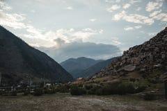 Village en gorge de montagne Frôlez un troupeau de moutons Montagnes d'Altay pendant l'été photo stock