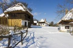 Village en hiver. Photo stock